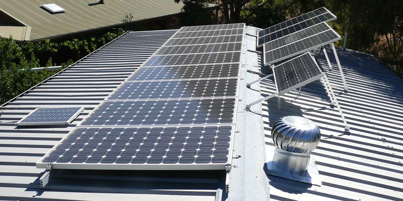 Energía solar limpia y fotovoltaica para ahorro de electricidad en sistemas de clima industrial